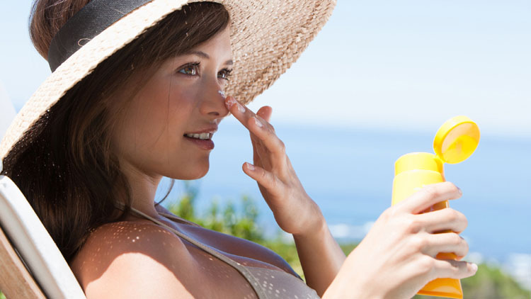 woman-sunscreen-go-out