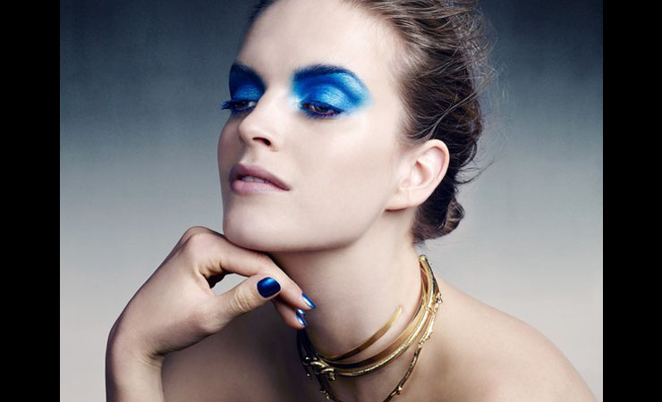 apply-primer-to-enhance-blue-eyes