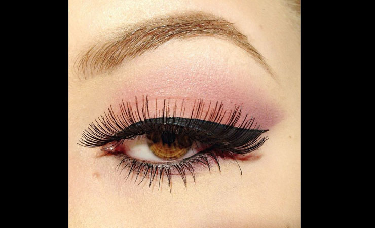 black-eye-shadow-with-peach-lipstick