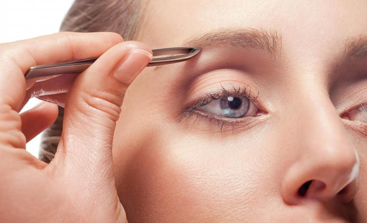 pluck-eyebrows-to-widen-eye-space