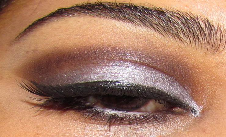 smokey-eye-makeup-using-kohl-pencil